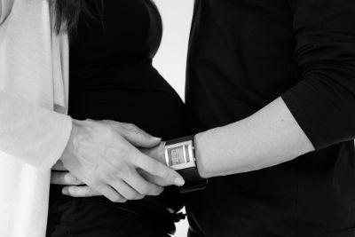 ventre-rond-d-une-femme-enceinte-8-mois-noir-et-blanc